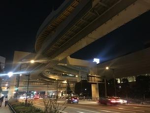 夜の高架下の写真素材 [FYI03406543]