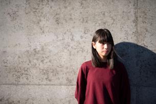 若い女性のポートレートの写真素材 [FYI03406630]