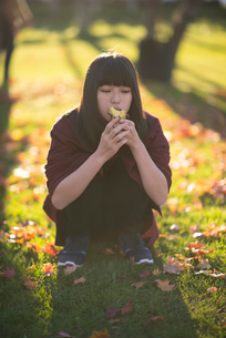 焼き芋を食べる女性の写真素材 [FYI03406682]