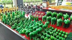 緑の石で作られた象の人形の写真素材 [FYI03406838]