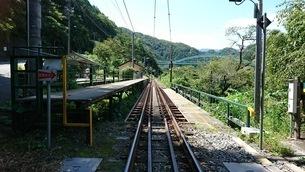 飯田線の踏切から見た線路と駅のホームの写真素材 [FYI03406848]