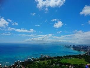 オアフ島の青い海と街の写真素材 [FYI03406851]