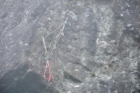 岩壁のクライミングロープの写真素材 [FYI03407000]