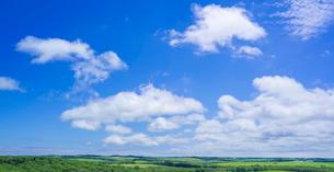 北海道 自然 風景 パノラマ 青空と雲の写真素材 [FYI03407203]