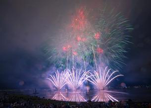 諏訪湖の花火大会 日本 長野県 諏訪市の写真素材 [FYI03407366]