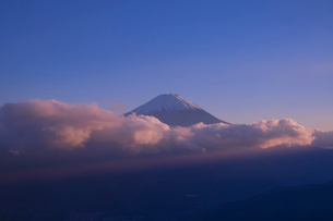 新道峠から望む富士山 日本 山梨県 笛吹市の写真素材 [FYI03407417]