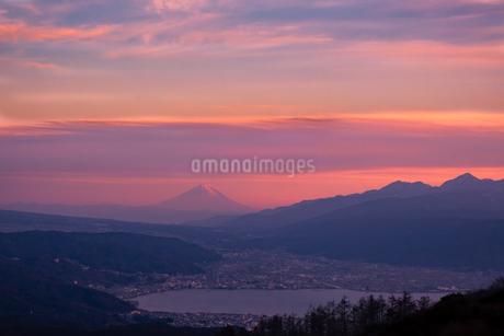 高ボッチ山から望む富士山 日本 長野県 岡谷市の写真素材 [FYI03407434]