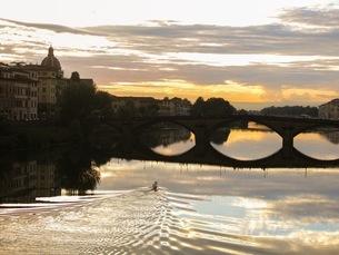 アルノ川の夕日の写真素材 [FYI03407512]
