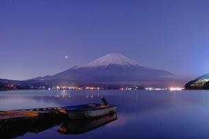 山中湖平野地区から望む富士山 日本 山梨県 山中湖村の写真素材 [FYI03407588]