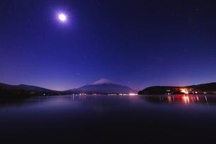 山中湖平野地区から望む富士山 日本 山梨県 山中湖村の写真素材 [FYI03407589]