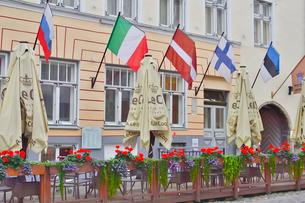 エストニアの世界遺産の歴史地区のタリン旧市街のテラス席に飾られた花と国旗・旧市街は世界遺産の写真素材 [FYI03407624]