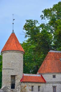 エストニアの世界遺産の歴史地区のタリンの旧市街と新市街の間に位置するヴィル門・旧市街は世界遺産の写真素材 [FYI03407626]