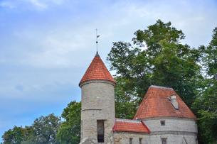エストニアの世界遺産の歴史地区のタリンの旧市街と新市街の間に位置するヴィル門・旧市街は世界遺産の写真素材 [FYI03407627]