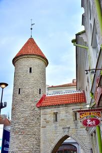 エストニアの世界遺産の歴史地区のタリンの旧市街と新市街の間に位置するヴィル門・旧市街は世界遺産の写真素材 [FYI03407628]