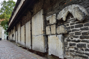カタリーナの小路(左の壁には聖カタリーナ教会の14~15世紀に収められていた墓石が並べられている)・旧市街は世界遺産の写真素材 [FYI03407637]