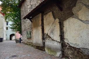 カタリーナの小路(左の壁には聖カタリーナ教会の14~15世紀に収められていた墓石が並べられている)墓石と墓石の説明プレートの写真素材 [FYI03407639]