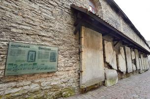 カタリーナの小路(左の壁には聖カタリーナ教会の14~15世紀に収められていた墓石が並べられている)墓石の説明物・旧市街は世界遺産の写真素材 [FYI03407641]
