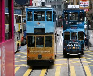路面電車トラム。香港の庶民の足。の写真素材 [FYI03407708]