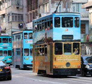 路面電車トラム。香港の庶民の足。の写真素材 [FYI03407710]