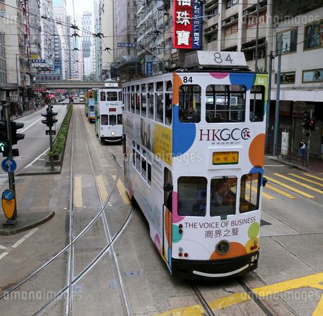 路面電車トラム。香港の庶民の足。の写真素材 [FYI03407711]