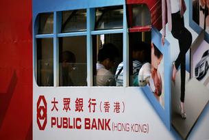 路面電車トラムの窓。香港の庶民の足。の写真素材 [FYI03407791]