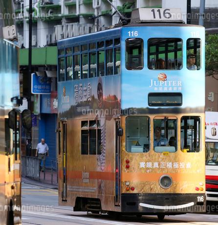 路面電車トラム。香港の庶民の足。の写真素材 [FYI03407792]