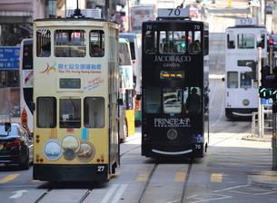 路面電車トラム。香港の庶民の足。の写真素材 [FYI03407793]