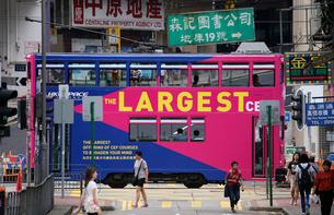 香港島の下町「北角」を行くトラムの写真素材 [FYI03407795]
