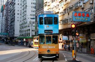 路面電車トラム。香港の庶民の足。の写真素材 [FYI03407799]