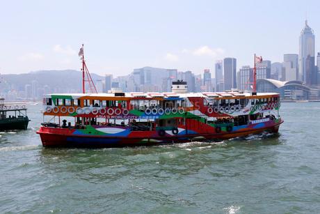 観光船の塗装をされ、ビクトリア湾のクルーズに出発する観光スターフェリーの写真素材 [FYI03407800]