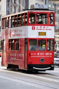 香港島前を行く路面電車トラムの写真素材 [FYI03407802]