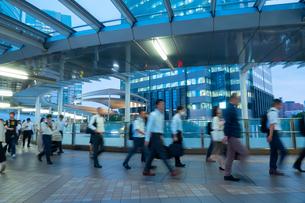 ビジネスマンの通勤の写真素材 [FYI03407976]