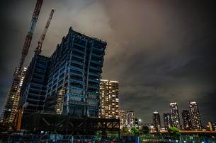横浜・みなとみらいの高層ビル建設現場の写真素材 [FYI03408353]