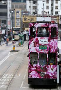 路面電車トラム。香港の庶民の足。の写真素材 [FYI03408365]