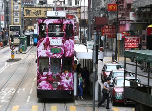 路面電車トラム。香港の庶民の足。の写真素材 [FYI03408366]