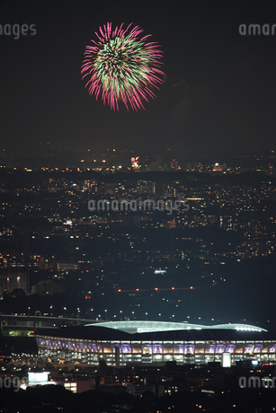 横浜ランドマークタワーから見える調布花火大会の写真素材 [FYI03408367]