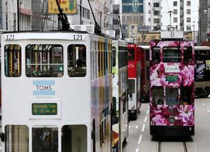 路面電車トラム。香港の庶民の足。の写真素材 [FYI03408368]