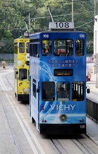 路面電車トラム。香港の庶民の足。の写真素材 [FYI03408370]
