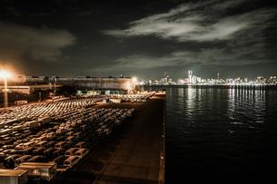 大黒ふ頭の車群と横浜の夜景の写真素材 [FYI03408393]