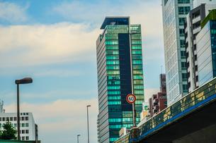 渋谷の高層ビルと空の写真素材 [FYI03408422]