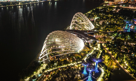 マリーナ・ベイ・サンズ展望台からの夜景(シンガポール)の写真素材 [FYI03408427]