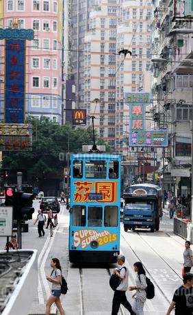 香港の下町ワンチャイ(湾仔)を行く路面電車トラム。香港の庶民の足。の写真素材 [FYI03408439]