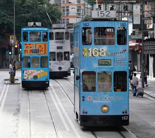 路面電車トラム。香港の庶民の足。の写真素材 [FYI03408440]