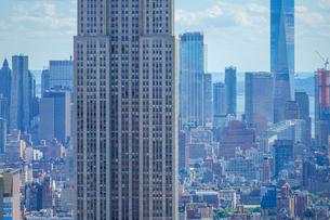 ロックフェラーセンター(トップ・オブ・ザ・ロック)から見るエンパイアステートビルの写真素材 [FYI03408456]
