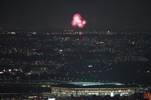 横浜ランドマークタワーから見える調布花火大会の写真素材 [FYI03408470]