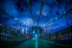 夜のブルックリンブリッジの写真素材 [FYI03408506]