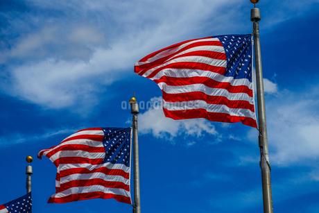 ワシントン記念塔のアメリカ国旗(星条旗)の写真素材 [FYI03408507]