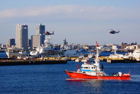 消防船と防災ヘリの写真素材 [FYI03408518]