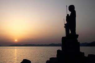 Sunset with statuesの写真素材 [FYI03408555]