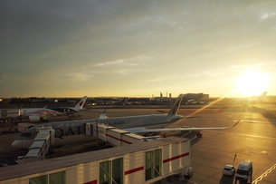 Sunset at the Heathrow airportの写真素材 [FYI03408564]